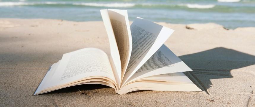 Livre ouvert en bord de mer