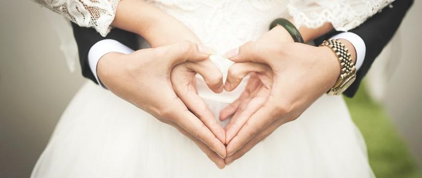 Mains en forme de coeur pour un mariage