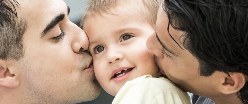 Deux papas plein d'amour pour leur enfant
