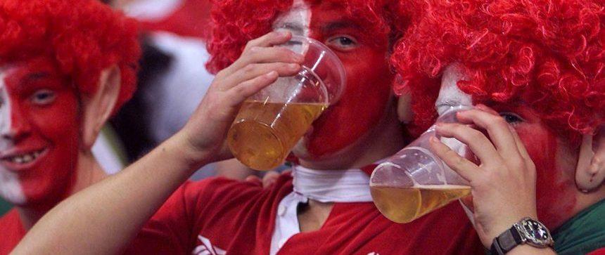 Supporters anglais qui boivent de la bière
