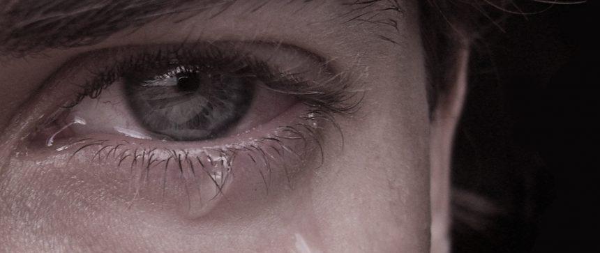 Homme gay qui pleure